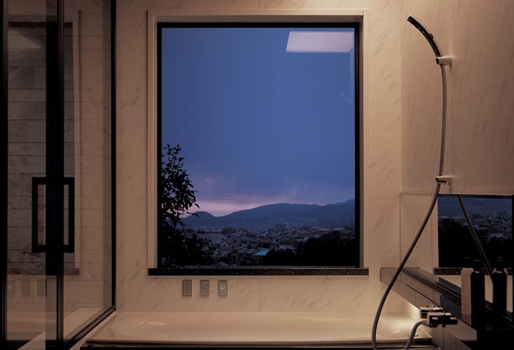 スタイリッシュなバスルーム。窓からは街が見渡せる
