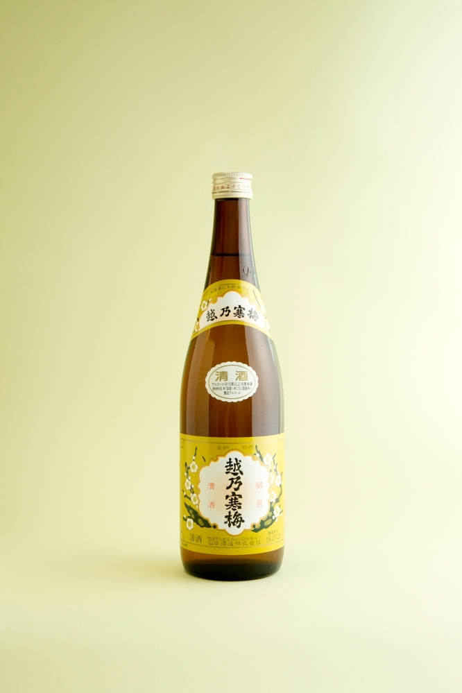 日本酒のプロである「大塚 はなおか」の店主である花岡賢さんが教える簡単な日本酒の選び方を伊勢丹のWEBサイトFOODIEよりご紹介。抑えるべきは風味と濃度の2つがポイント。花岡流のルールを知ればもっと気軽に日本酒の魅力を味わえるはずだ。