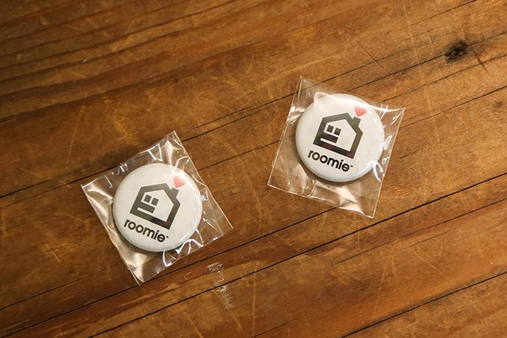 リニューアルしたROOMIEは、ロゴもサイトデザインも一新。このたび、旧ロゴを懐かしんでくださっている読者の方に、旧ロゴグッズ・ステッカーやポロシャツを大放出。旧ロゴはメディアクリエイターのハイロックさんによるデザイン。20