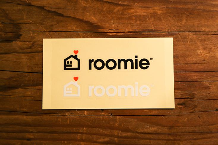 リニューアルしたROOMIEは、ロゴもサイトデザインも一新。このたび、旧ロゴを懐かしんでくださっている読者の方に、旧ロゴグッズ・ステッカーやポロシャツを大放出。旧ロゴはメディアクリエイターのハイロックさんによるデザイン。4