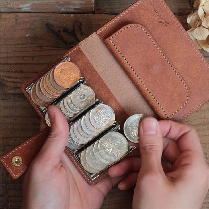 10~500円までのコインを、レジのように整列した状態で保存できる財布「Coin Wallet II」。開けた瞬間、一目でコインが確認でき、細かい支払いもスマートに。コインが一定方向を向いているので、スマートなサイズ感も嬉しい。溜まりがちなコインにイライラしていた人へ。