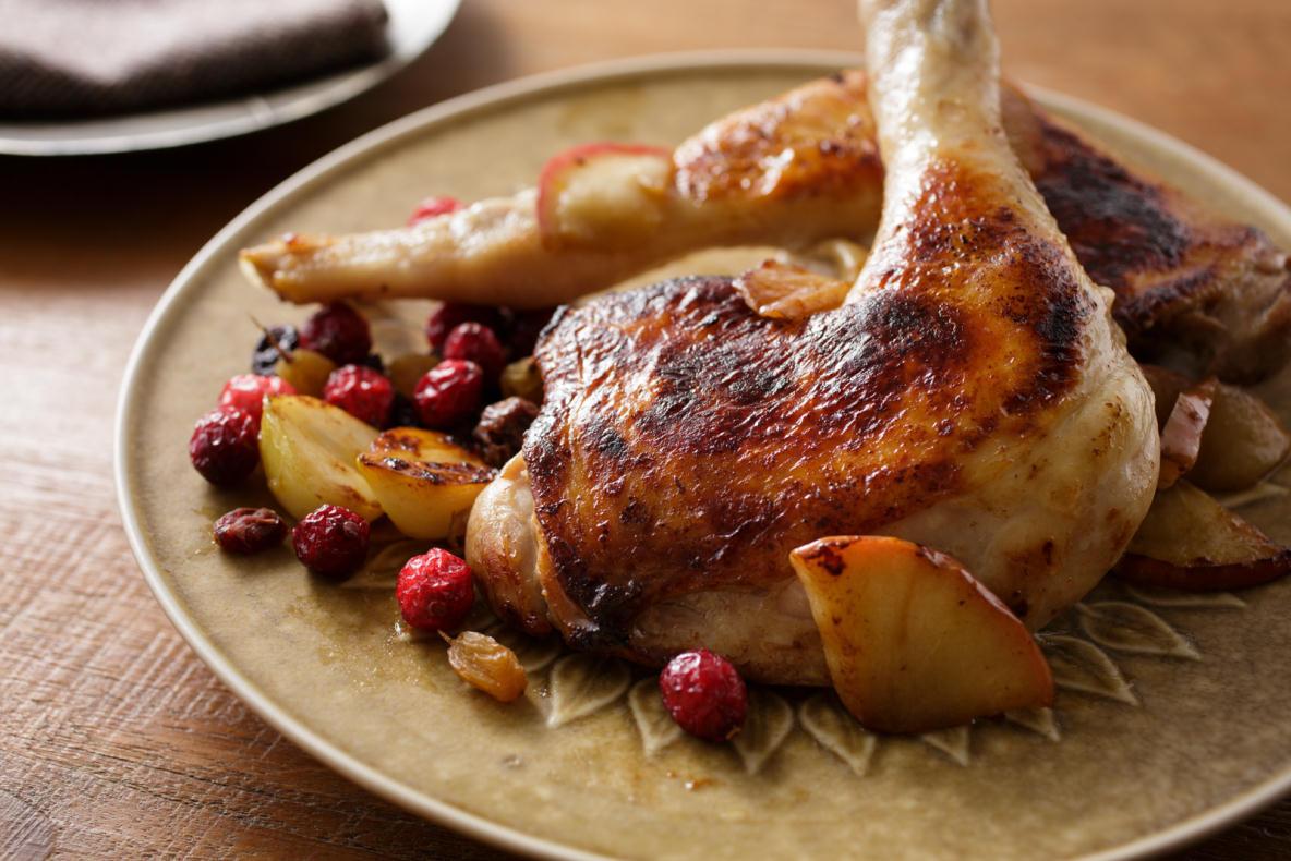 年末のごちそうに最適な、焼くだけやわらか「肉マリネ」のレシピを紹介。三越伊勢丹が運営する食のWEBメディアFOODIEから、料理研究家のタカハシユキさんに教わった簡単レシピ。分厚いお肉がパサつかず、やわらかくなるための秘密は「りんご」。5