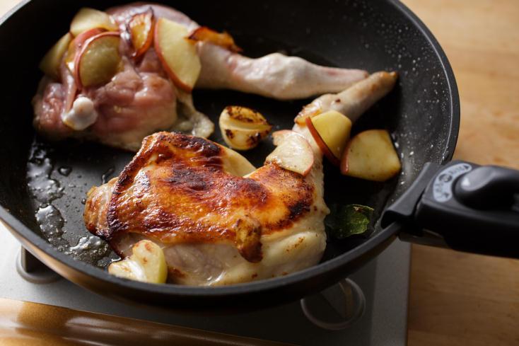 年末のごちそうに最適な、焼くだけやわらか「肉マリネ」のレシピを紹介。三越伊勢丹が運営する食のWEBメディアFOODIEから、料理研究家のタカハシユキさんに教わった簡単レシピ。分厚いお肉がパサつかず、やわらかくなるための秘密は「りんご」。7