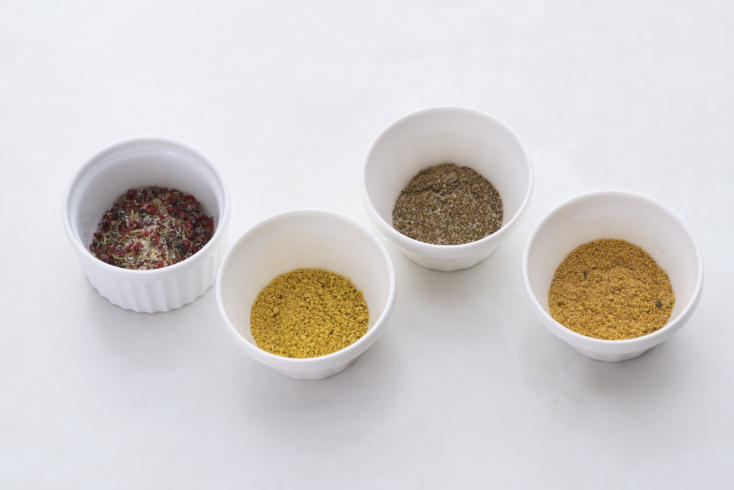 国内外120種類以上のスパイスやハーブ、塩を取りそろえるスパイス専門店・レピスエピスの佐藤麦さんに教えていただいた「粉ドレ=粉ドレッシング」のレシピ3種類を、食のメディアFOODIEから紹介。塩をベースにスパイスを調合したシンプルな材料で、サラダの素材そのものの味をグッと引き立たせてくれる。1