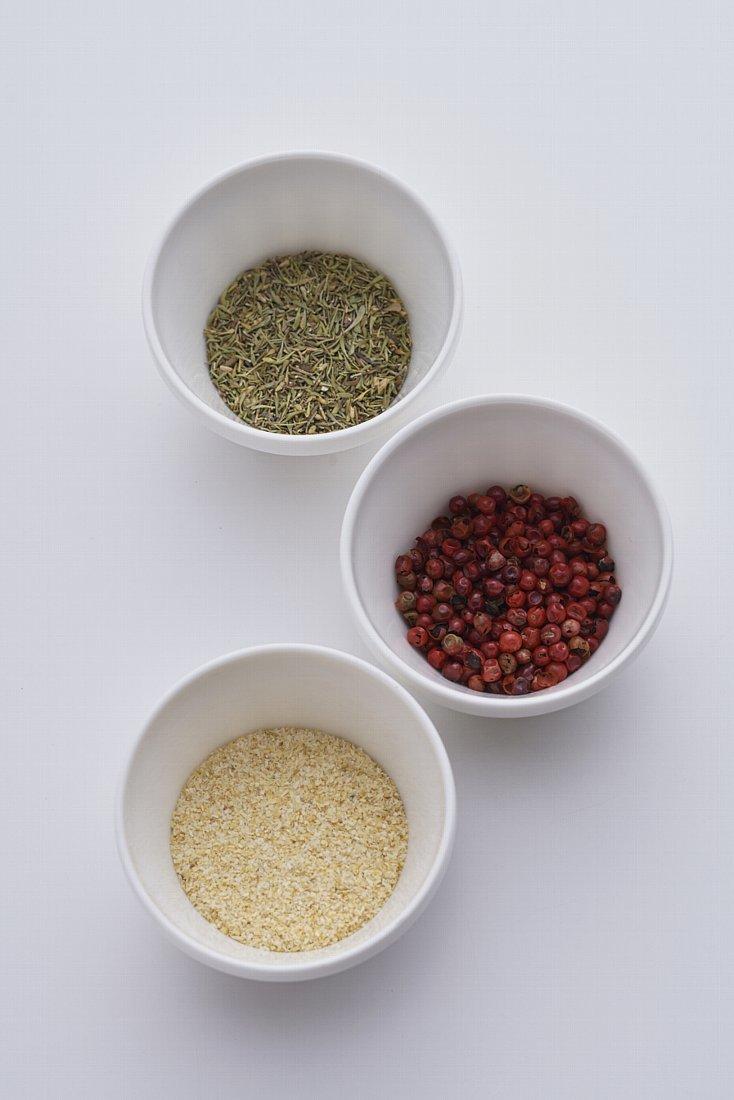 国内外120種類以上のスパイスやハーブ、塩を取りそろえるスパイス専門店・レピスエピスの佐藤麦さんに教えていただいた「粉ドレ=粉ドレッシング」のレシピ3種類を、食のメディアFOODIEから紹介。塩をベースにスパイスを調合したシンプルな材料で、サラダの素材そのものの味をグッと引き立たせてくれる。6
