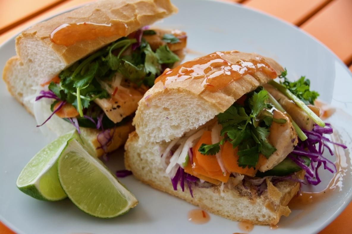 「バインミー」のレシピを紹介。食卓をカラフルに彩ってくれるベトナムのサンドウィッチだ。味付けは、魚醤、パクチー、レバーパテ、なますという4点の味がとても重要。この4点さえあれば、他の野菜と牛肉や豚肉と組み合わせるなど、いろいろな味が楽しめる。