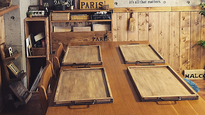 RoomClipユーザーによる、「古材風の木製トレイ」のDIYを紹介。大き目サイズのトレイは幅広いメニューに対応でき、子どもが大きくなってからも変わらず愛用できるのがイイ。top