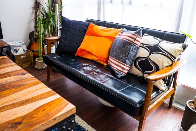 人気連載「みんなの部屋」vol.48。部屋づくりのアイデア、お気に入りの家具やアイテムなどの紹介を通して、リアルでさまざまな「暮らしの在り方」にフォーカスします。 今回は渋谷区でフリーランスのデザイナーをする方の部屋を取材。