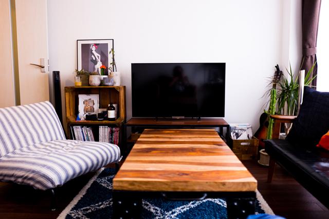 人気連載「みんなの部屋」vol.47。部屋づくりのアイデア、お気に入りの家具やアイテムなどの紹介を通して、リアルでさまざまな「暮らしの在り方」にフォーカスします。 今回は渋谷区でフリーランスのデザイナーをする方の部屋を取材。
