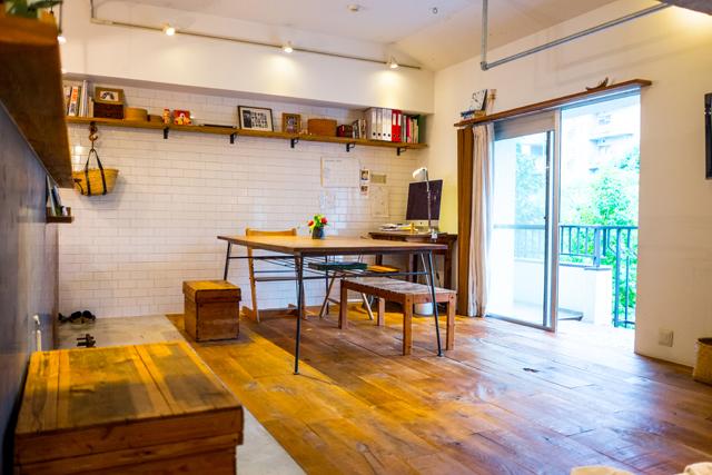 人気連載「みんなの部屋」vol.51。部屋づくりのアイデア、お気に入りの家具やアイテムなどの紹介を通して、リアルでさまざまな「暮らしの在り方」にフォーカスします。今回はマグロ漁船をイメージしてリノベした部屋に住む家族を紹介。家族が増えたことで、未来を見つめ直している。