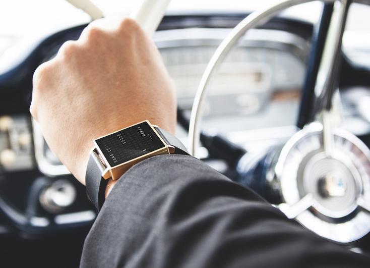 時計であるにもかかわらず、QLOCKTWOには針もインデックスも付いていない「QLOCKTWO」の紹介。表面に浮かび上がる文字で時刻を伝えてくれる、まったく新しいデザインの時計。現在4つのバリエーションがあり、さまざまなシチュエーションに対応できる。