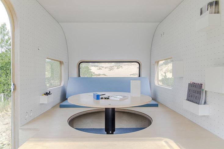 もし移動可能なオフィスがあるなら、どんなに仕事が楽しくなるだろう。設計事務所FIVE AMによる、丸いフォルムがかわいく、シンプルで必要最低限のものが揃ったタイニーハウス「#dojowheels」。旅に出たいという気持ちを刺激するミニマルなデザインが特徴だ。2