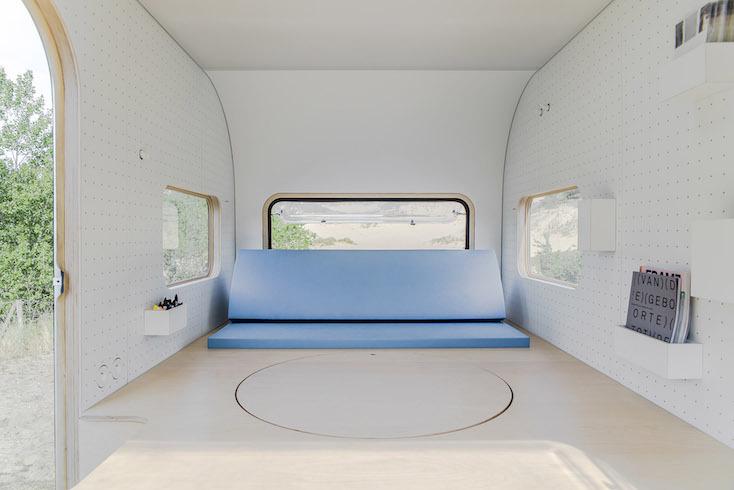 もし移動可能なオフィスがあるなら、どんなに仕事が楽しくなるだろう。設計事務所FIVE AMによる、丸いフォルムがかわいく、シンプルで必要最低限のものが揃ったタイニーハウス「#dojowheels」。旅に出たいという気持ちを刺激するミニマルなデザインが特徴だ。3