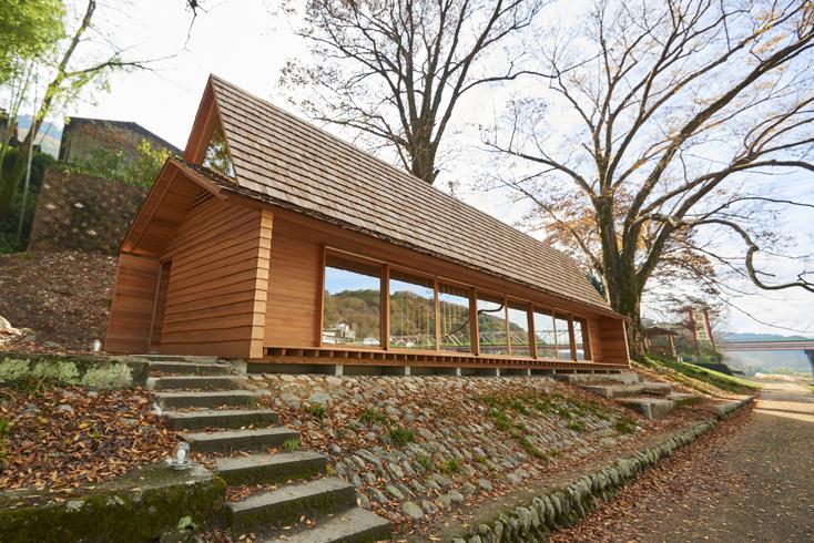 2016年8月に開催された「HOUSE VISION」に登場した「吉野杉の家」の紹介。吉野杉をふんだんに使った、伝統を感じるコミュニティハウス、ホテルであり、Airbnbと世界的建築家/長谷川豪氏の協働で生まれた宿泊施設が、12月6日、奈良県吉野郡吉野町についにオープンした。1