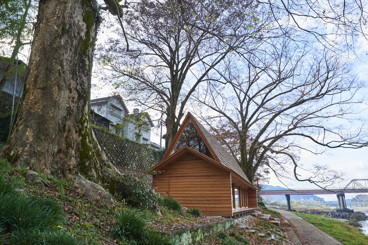 2016年8月に開催された「HOUSE VISION」に登場した「吉野杉の家」の紹介。吉野杉をふんだんに使った、伝統を感じるコミュニティハウス、ホテルであり、Airbnbと世界的建築家/長谷川豪氏の協働で生まれた宿泊施設が、12月6日、奈良県吉野郡吉野町についにオープンした。11