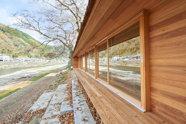 2016年8月に開催された「HOUSE VISION」に登場した「吉野杉の家」の紹介。吉野杉をふんだんに使った、伝統を感じるコミュニティハウス、ホテルであり、Airbnbと世界的建築家/長谷川豪氏の協働で生まれた宿泊施設が、12月6日、奈良県吉野郡吉野町についにオープンした。3