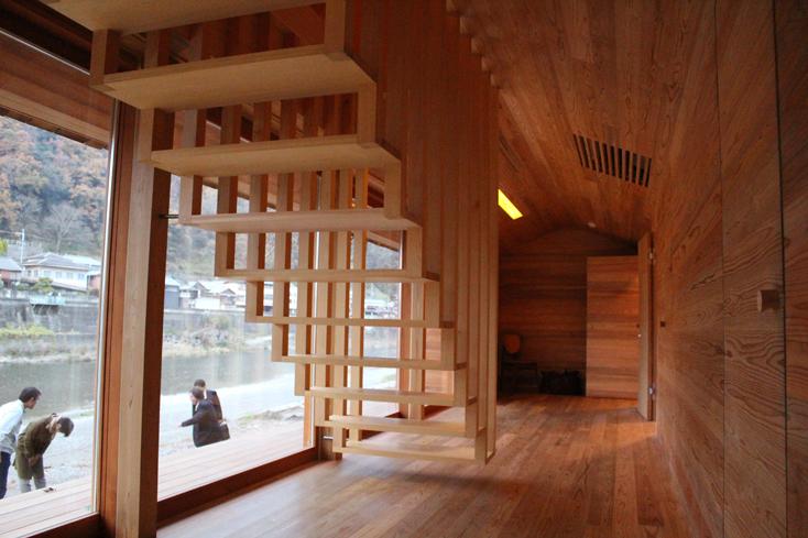 2016年8月に開催された「HOUSE VISION」に登場した「吉野杉の家」の紹介。吉野杉をふんだんに使った、伝統を感じるコミュニティハウス、ホテルであり、Airbnbと世界的建築家/長谷川豪氏の協働で生まれた宿泊施設が、12月6日、奈良県吉野郡吉野町についにオープンした。4