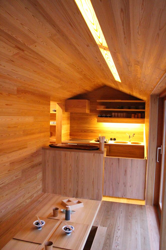 2016年8月に開催された「HOUSE VISION」に登場した「吉野杉の家」の紹介。吉野杉をふんだんに使った、伝統を感じるコミュニティハウス、ホテルであり、Airbnbと世界的建築家/長谷川豪氏の協働で生まれた宿泊施設が、12月6日、奈良県吉野郡吉野町についにオープンした。5
