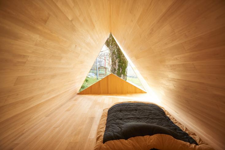 2016年8月に開催された「HOUSE VISION」に登場した「吉野杉の家」の紹介。吉野杉をふんだんに使った、伝統を感じるコミュニティハウス、ホテルであり、Airbnbと世界的建築家/長谷川豪氏の協働で生まれた宿泊施設が、12月6日、奈良県吉野郡吉野町についにオープンした。7