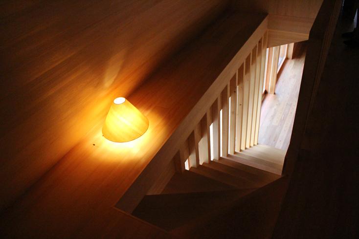 2016年8月に開催された「HOUSE VISION」に登場した「吉野杉の家」の紹介。吉野杉をふんだんに使った、伝統を感じるコミュニティハウス、ホテルであり、Airbnbと世界的建築家/長谷川豪氏の協働で生まれた宿泊施設が、12月6日、奈良県吉野郡吉野町についにオープンした。9