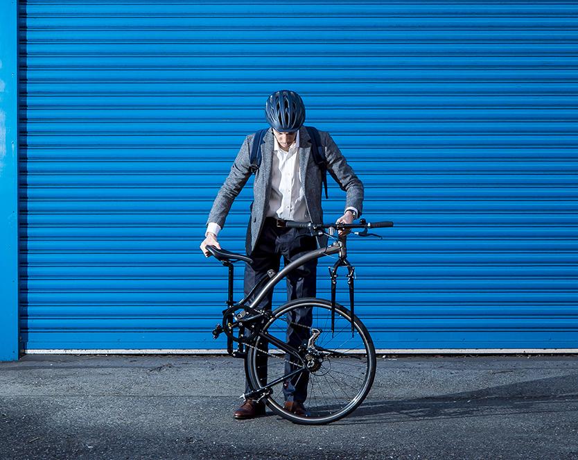 スーツ姿でこそサマになる、通勤に最適なモバイル・クロスバイク