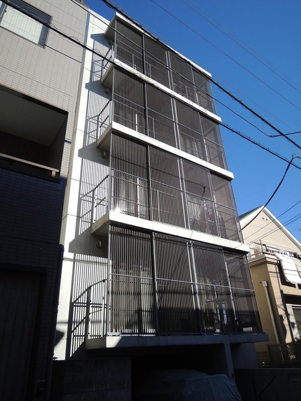 """不動産の企画やコンサルティングを手掛けるタカギプランニングオフィスが管理している、東京都品川区の「Scaletta」は、段差によって空間にリズムをつけ、""""引き出し""""や""""折りたたみ""""といった省スペースのテクニックを取り入れた賃貸マンション。細長いスペースを広く感じさせる工夫を施しているのが特徴。"""