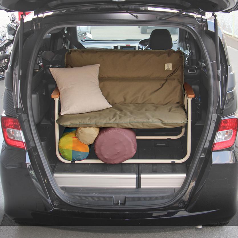 キャンプの準備欲を掻き立てるグッズが、ビーズ株式会社のアウトドア用品ブランド「DOPPELGANGER OUTDOOR(R)(ドッペルギャンガーアウトドア)」より発売。車内でキャンプ用品を整理するための棚になるように設計された、チェア「グッドラックソファ」とテーブル「グッドラックテーブル」で、グランピングも楽しめる。1