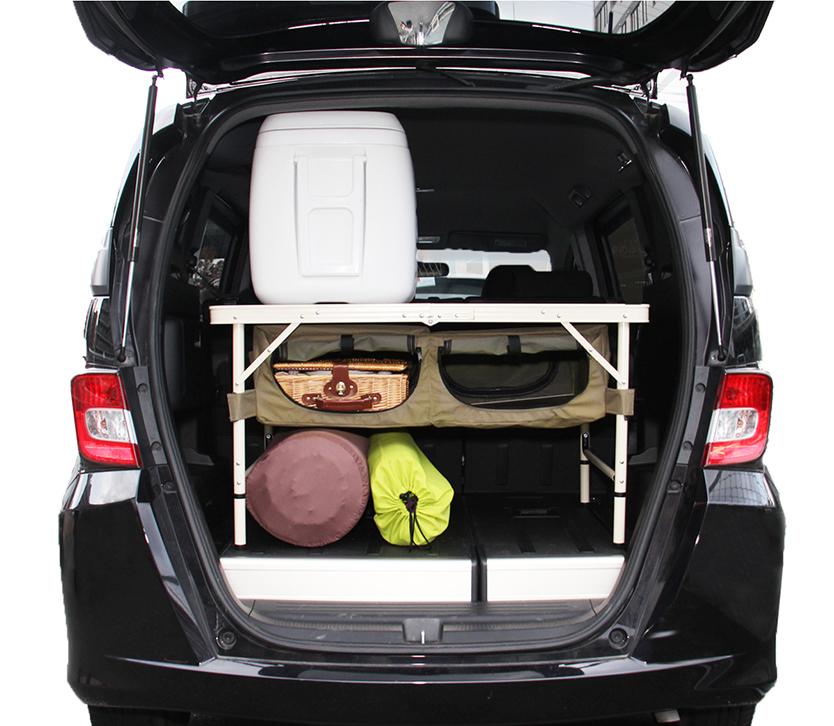 キャンプの準備欲を掻き立てるグッズが、ビーズ株式会社のアウトドア用品ブランド「DOPPELGANGER OUTDOOR(R)(ドッペルギャンガーアウトドア)」より発売。車内でキャンプ用品を整理するための棚になるように設計された、チェア「グッドラックソファ」とテーブル「グッドラックテーブル」で、グランピングも楽しめる。4