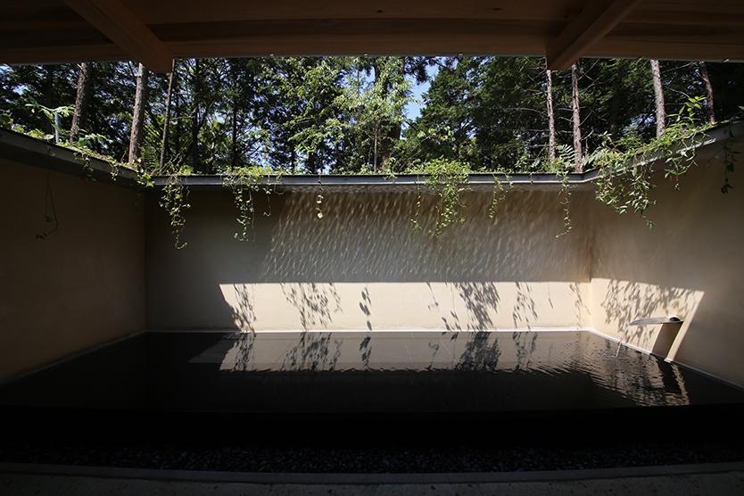 2017年1月20日(金)から、TOTOギャラリー・間で建築家・堀部安嗣氏の個展「堀部安嗣展 建築の居場所」が開催される。堀部安嗣氏は住宅をメインに寺院施設、集会所など80を越える作品を手掛けてきた。装飾を排した空間は一見シンプルで端正だが、人がそこでどう過ごすか、その快適性が緻密に追求されている。4