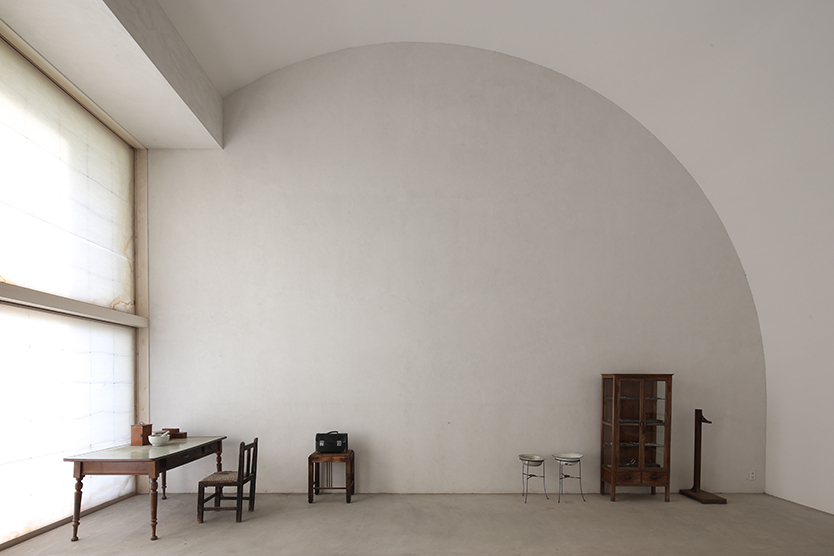 2017年1月20日(金)から、TOTOギャラリー・間で建築家・堀部安嗣氏の個展「堀部安嗣展 建築の居場所」が開催される。堀部安嗣氏は住宅をメインに寺院施設、集会所など80を越える作品を手掛けてきた。装飾を排した空間は一見シンプルで端正だが、人がそこでどう過ごすか、その快適性が緻密に追求されている。6