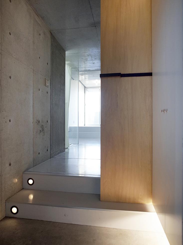 """不動産の企画やコンサルティングを手掛けるタカギプランニングオフィスが管理している、東京都品川区の「Scaletta」は、段差によって空間にリズムをつけ、""""引き出し""""や""""折りたたみ""""といった省スペースのテクニックを取り入れた賃貸マンション。細長いスペースを広く感じさせる工夫を施しているのが特徴。_2"""