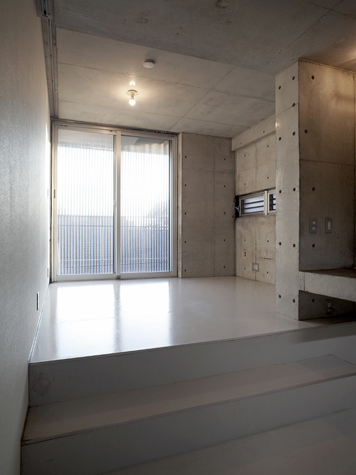"""不動産の企画やコンサルティングを手掛けるタカギプランニングオフィスが管理している、東京都品川区の「Scaletta」は、段差によって空間にリズムをつけ、""""引き出し""""や""""折りたたみ""""といった省スペースのテクニックを取り入れた賃貸マンション。細長いスペースを広く感じさせる工夫を施しているのが特徴。_3"""