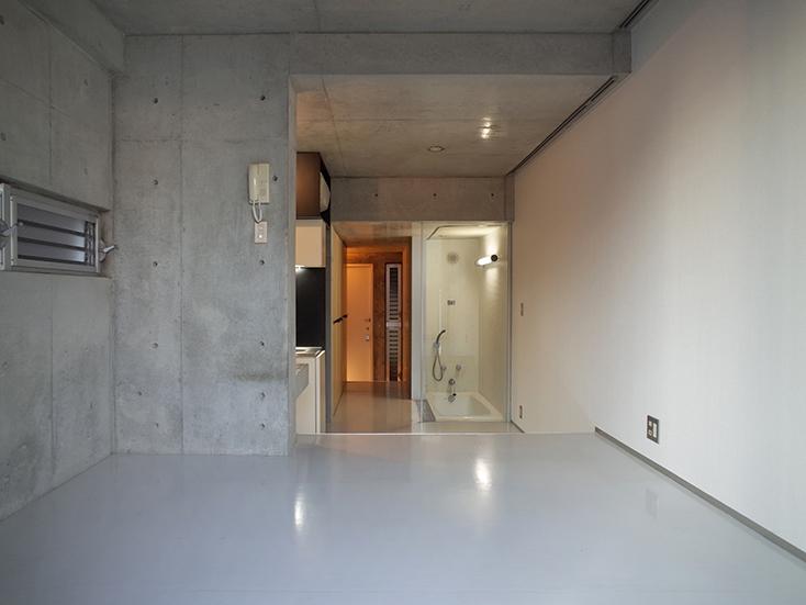 """不動産の企画やコンサルティングを手掛けるタカギプランニングオフィスが管理している、東京都品川区の「Scaletta」は、段差によって空間にリズムをつけ、""""引き出し""""や""""折りたたみ""""といった省スペースのテクニックを取り入れた賃貸マンション。細長いスペースを広く感じさせる工夫を施しているのが特徴。_4"""