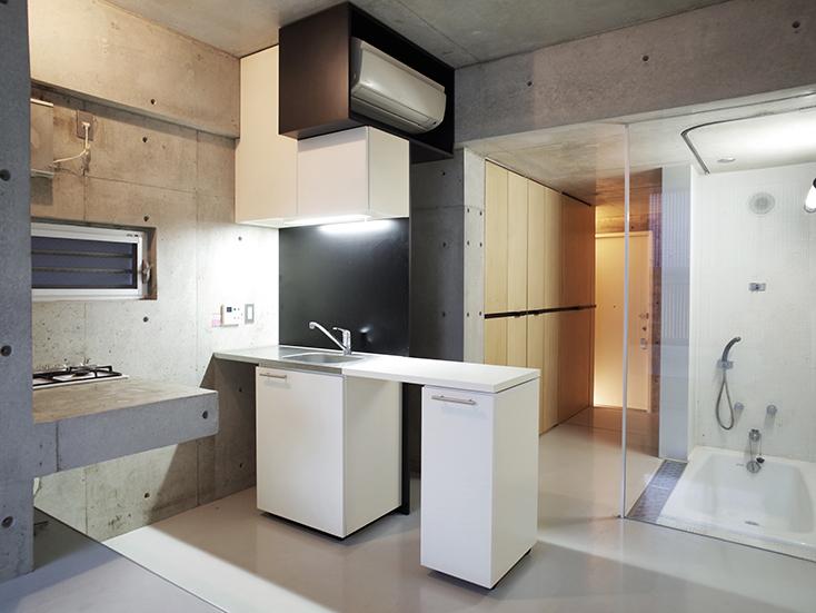 """不動産の企画やコンサルティングを手掛けるタカギプランニングオフィスが管理している、東京都品川区の「Scaletta」は、段差によって空間にリズムをつけ、""""引き出し""""や""""折りたたみ""""といった省スペースのテクニックを取り入れた賃貸マンション。細長いスペースを広く感じさせる工夫を施しているのが特徴。_7"""