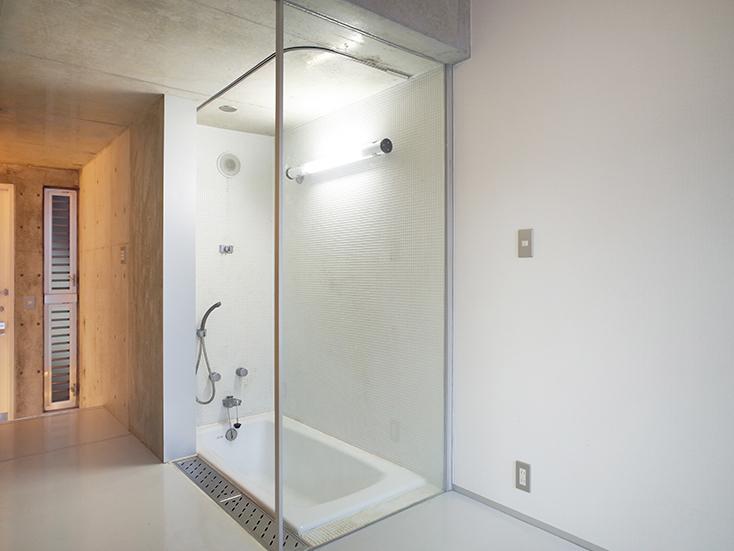 """不動産の企画やコンサルティングを手掛けるタカギプランニングオフィスが管理している、東京都品川区の「Scaletta」は、段差によって空間にリズムをつけ、""""引き出し""""や""""折りたたみ""""といった省スペースのテクニックを取り入れた賃貸マンション。細長いスペースを広く感じさせる工夫を施しているのが特徴。_9"""
