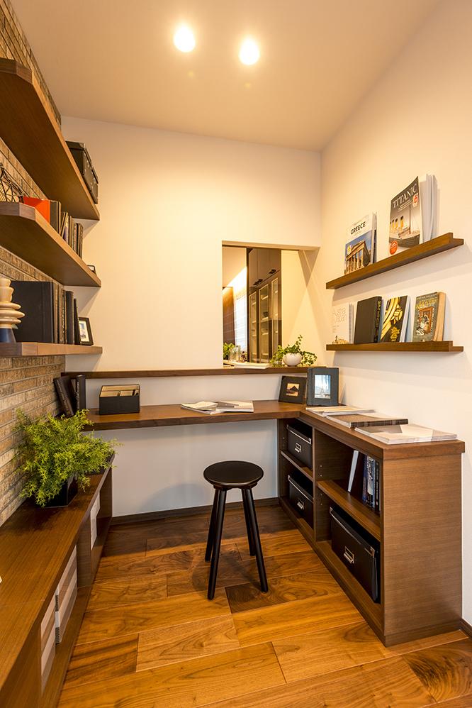 木の雰囲気が落ち着く小さな書斎
