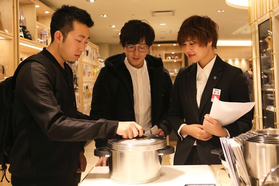 日本一といわれている百貨店・伊勢丹新宿店の5Fにある、リビングフロアにお邪魔した。機能性、デザイン、使用方法、手入れの仕方まで、商品によって着目する点はさまざま。あらゆる悩みやこだわりを持つ人たちに、さまざまな角度から商品の提案を行ってきた販売員が教える「おすすめキッチングッズ」を紹介する。