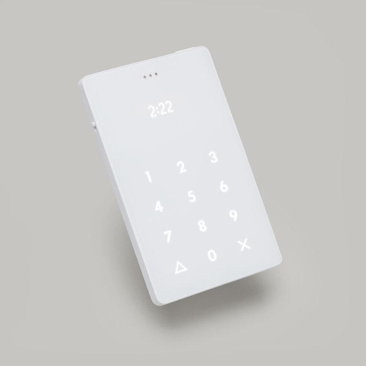 kickstarterで公開されている「thelightphone」を紹介。重さは40g以下、縦8cm、横5cm、薄さは4mmと、手のひらにおさまるカードサイズで、日常使用している携帯電話にかかってきた電話もこのThe Light Phoneに転送される。