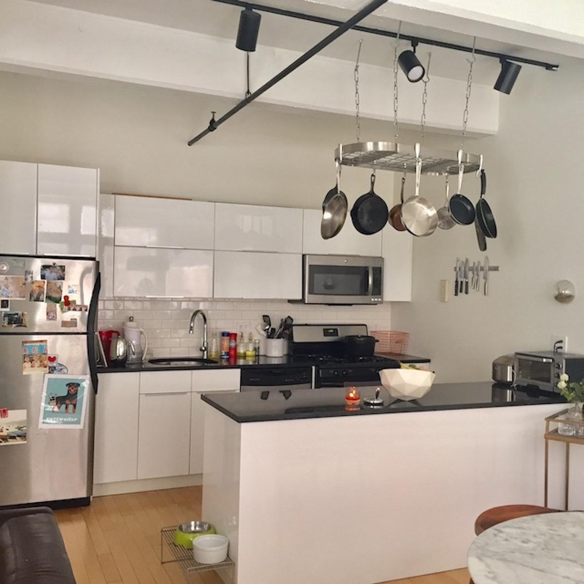 明るい真っ白なアイランドキッチン