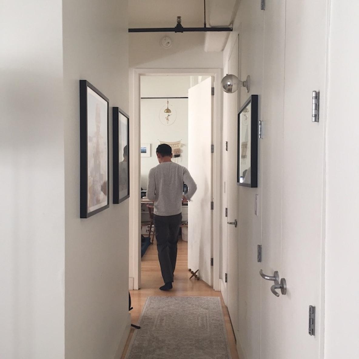 廊下にアートを飾る