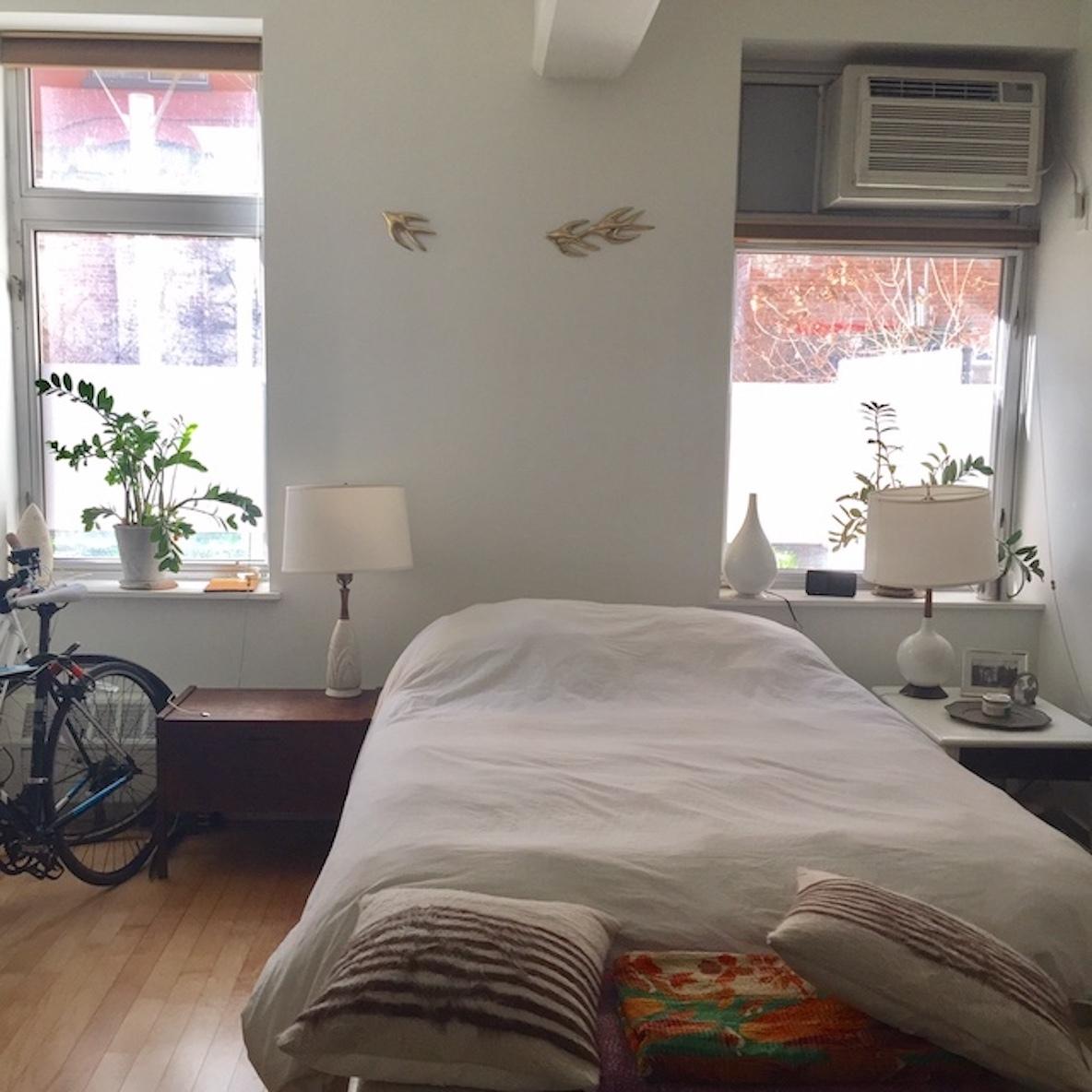 ニューヨークのアパルトマンのおしゃれなベッドルーム