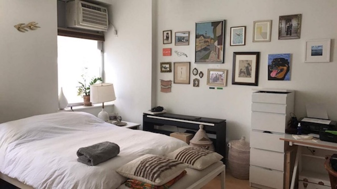 ニューヨークのアートが飾られたベッドルーム