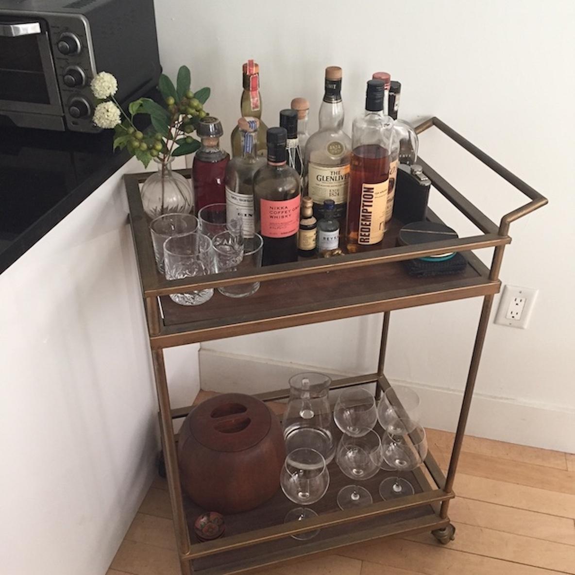 バーカートにお酒を置く