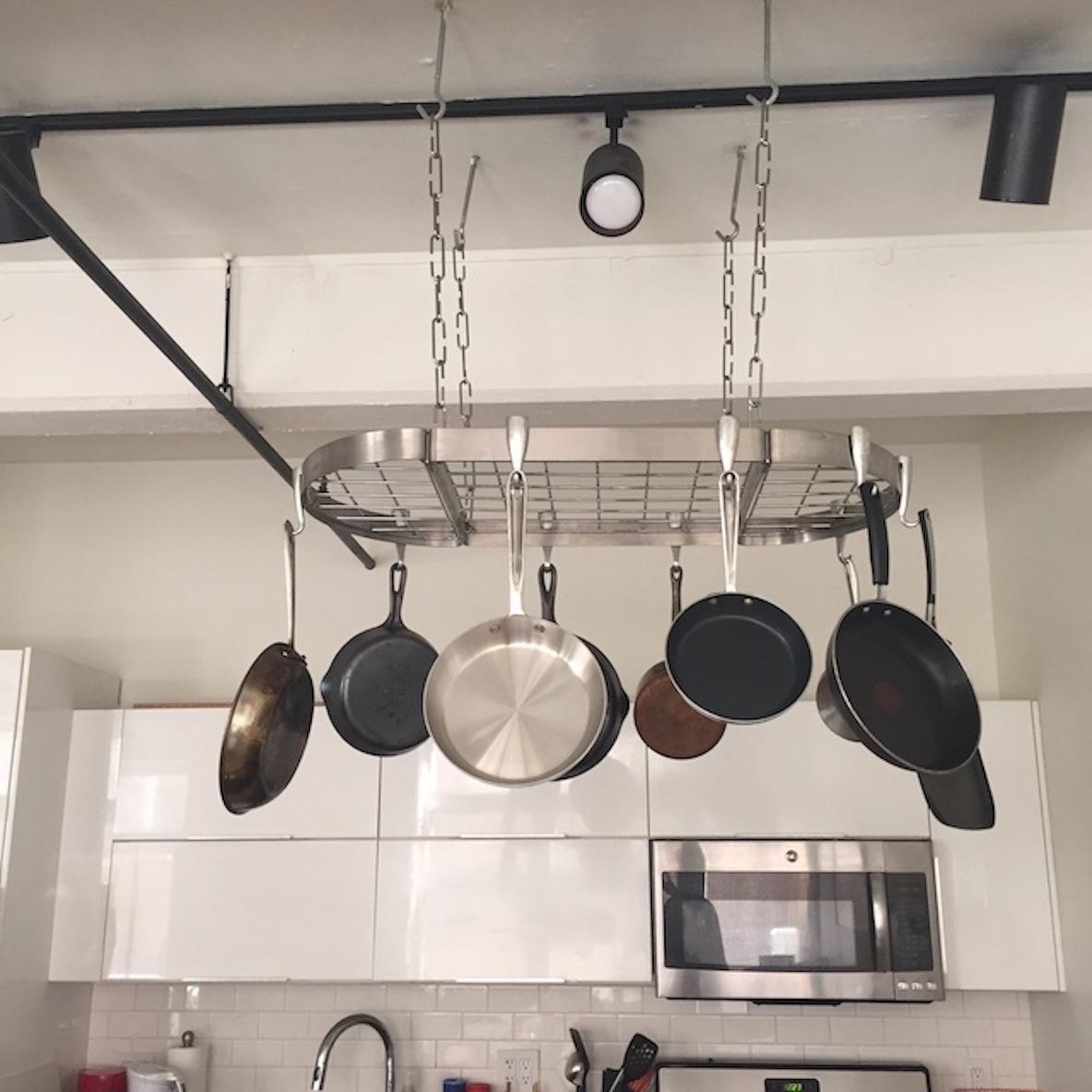 キッチンを整頓するフライパンラック