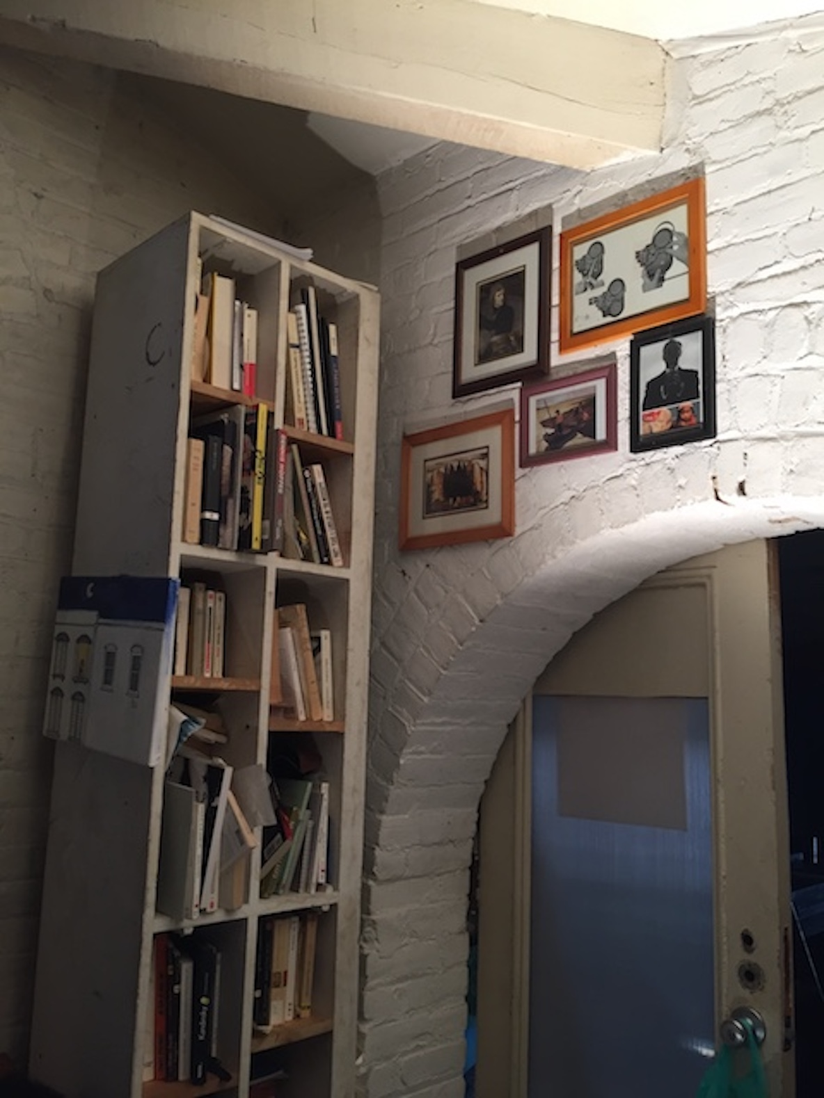 11人のアーティストが暮らす、ニューヨーク・ブルックリンのアートな本棚