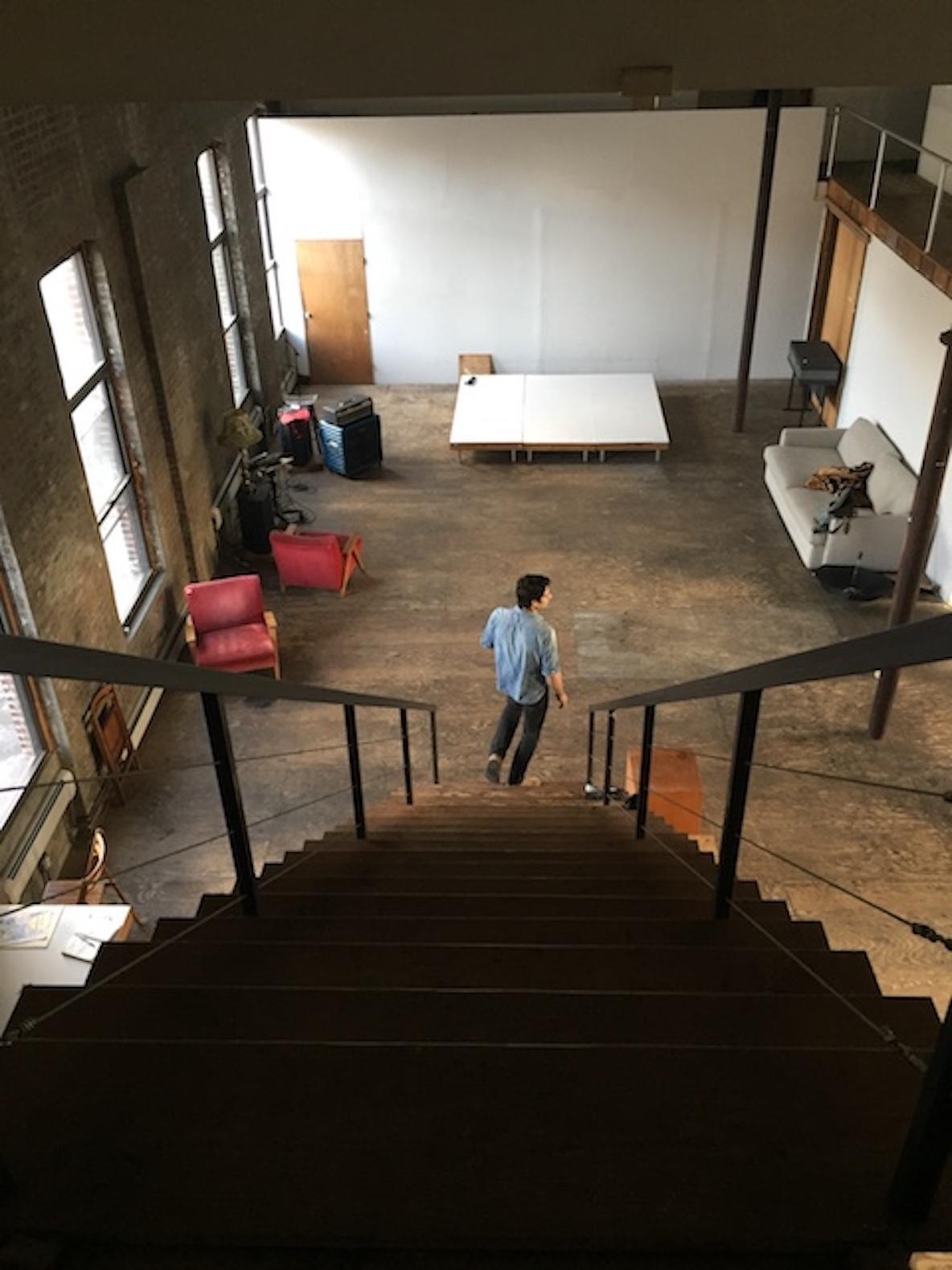 11人のアーティストが暮らす、ニューヨーク・ブルックリンのレトロなアパートメントはアトリエのような空間