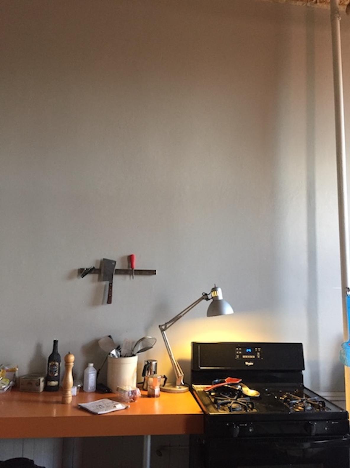 11人のアーティストが暮らす、ニューヨーク・ブルックリンのレトロなアパートメントにあるDJスペース