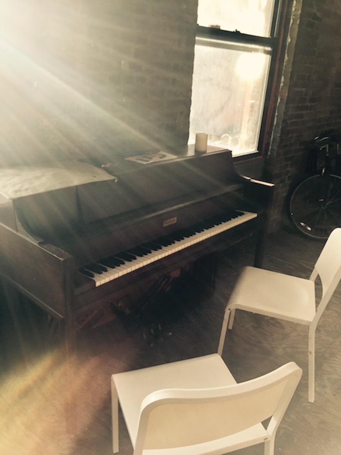 11人のアーティストが暮らす、ニューヨーク・ブルックリンのレトロなアパートメントにある古びたピアノ