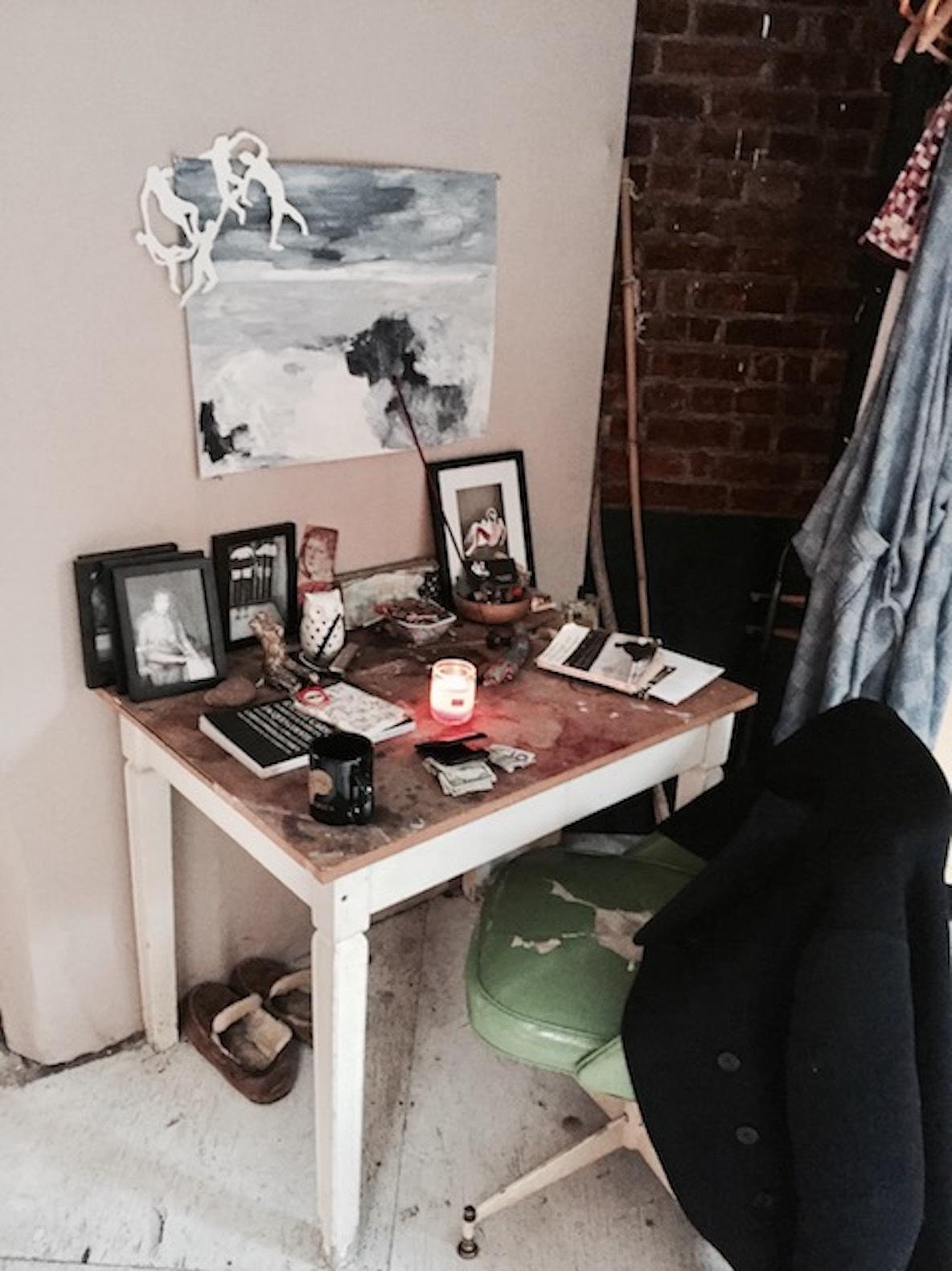 11人のアーティストが暮らす、ニューヨーク・ブルックリンのアトリエの机