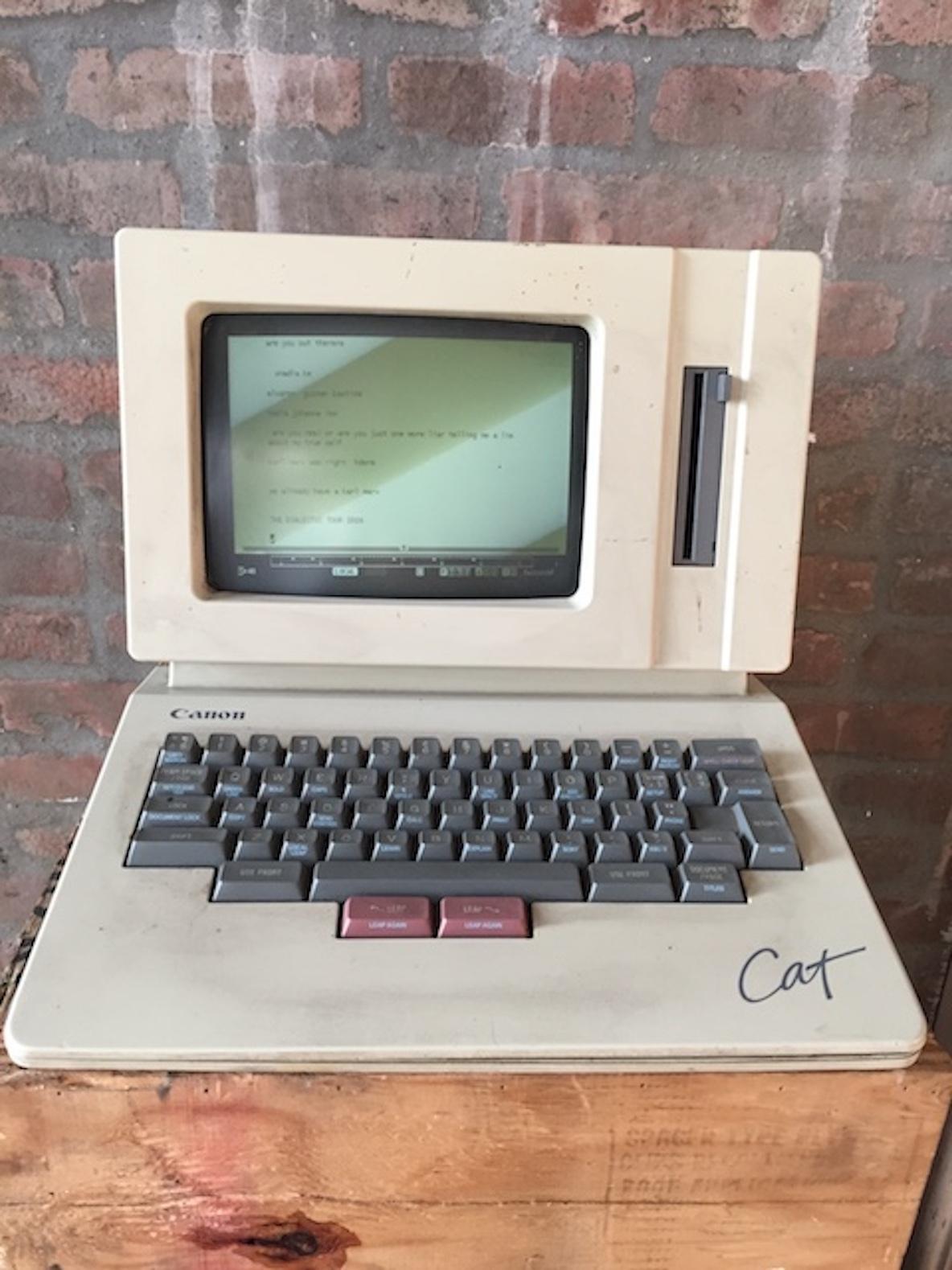 11人のアーティストが暮らす、ニューヨーク・ブルックリンのレトロなアパートメントにある古いパソコン